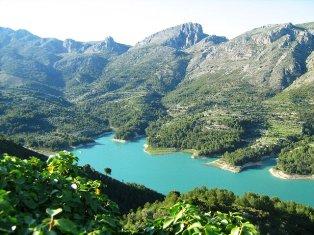 Ežeras tarp kalnų šalia Guadalesto. Ispanija